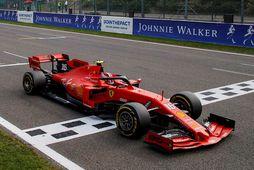 Charles Leclerc á Ferrari ekur fyrstur allra yfir endamarkið í Spa-Francorchamps sl. sunnudag.