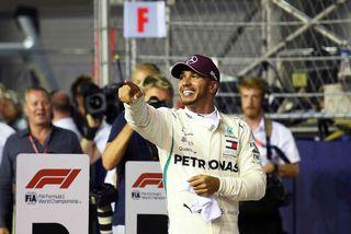 Lewis Hamilton fagnar ráspólnum í Singapúr rétt í þessu.