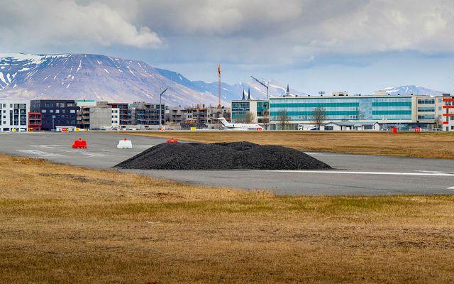Malarbingir á flugbraut á Reykjavíkurflugvelli.