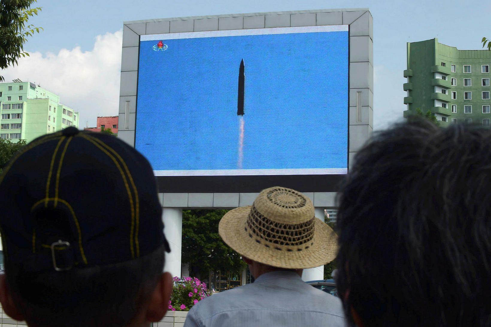 Íbúar í Pyongyang horfa á eldflaugaskot á stórum skjá árið …