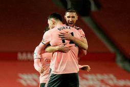 Oliver Burke fagnar sigurmarki sínu fyrir Sheffield United gegn Manchester United ásamt Chris Basham.