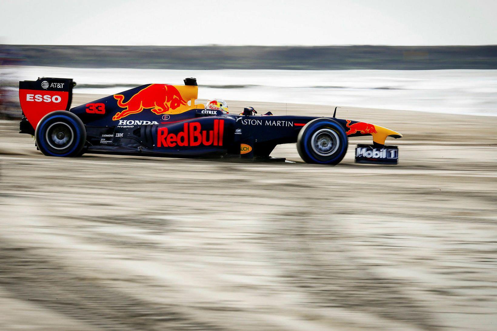 Merkingar Aston Martin hverfa af bílum Red Bull í desember …