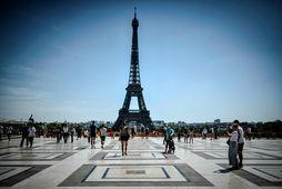 Ferðamenn í Parísarborg. Eiffel turninn frægi sést hér í bakgrunni.