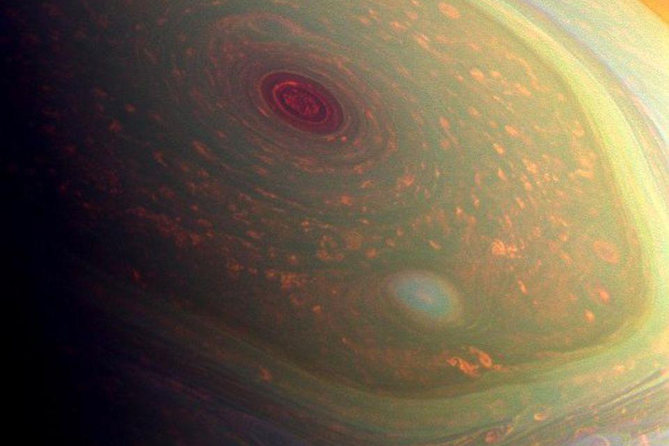 Á þessari mynd frá Cassini geimskipi NASA sem tekin var 29. apríl 2013 sést stormsveipurinn …