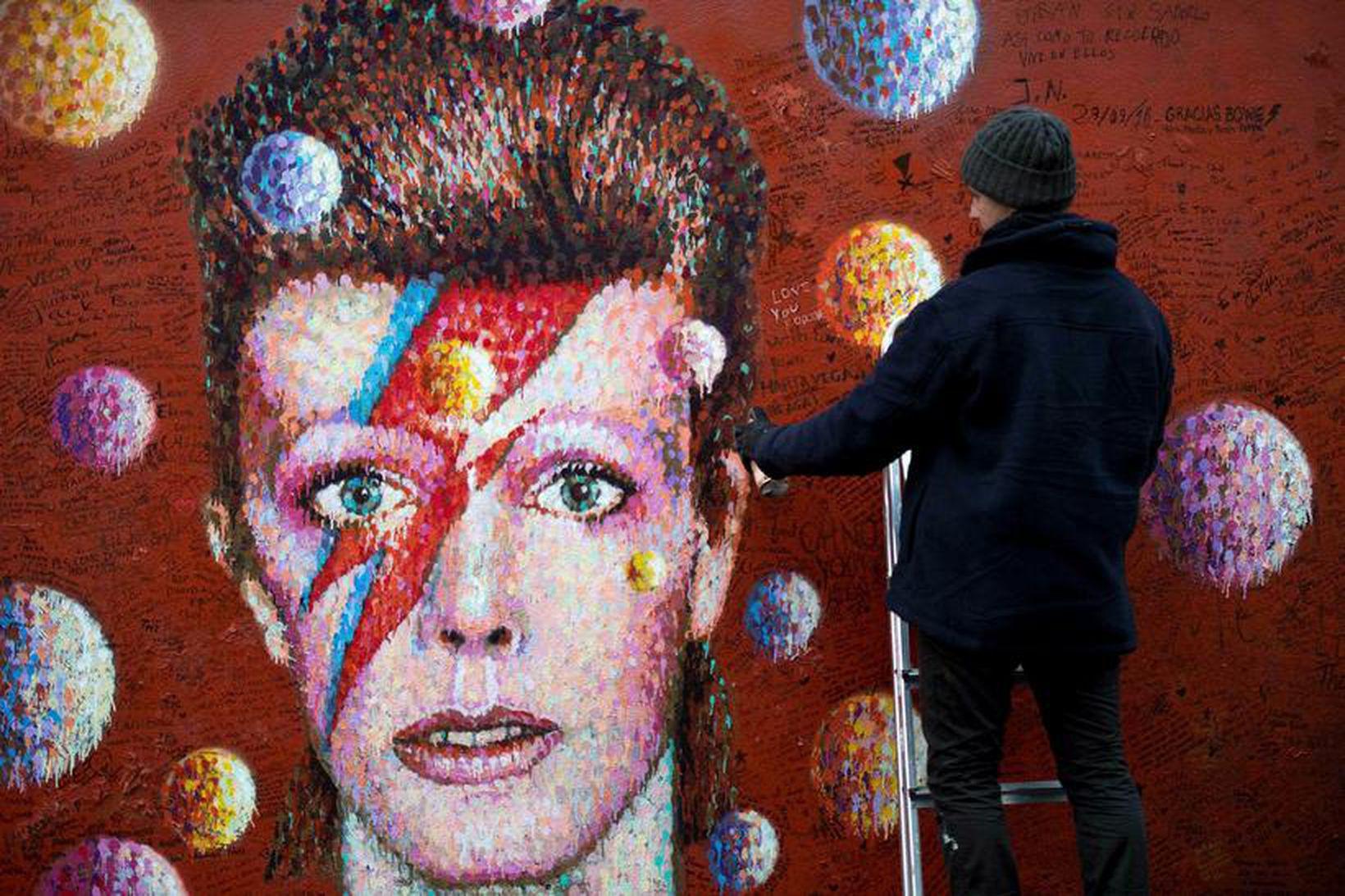 Götulistamaðurinn Jimmy C leggur lokahönd á veggmynd af Bowie í …