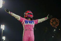 Sergio Perez fangar sigri í Sakhirbrautinni í kvöld. Er það fyrsti sigur hans í formúlu-1.