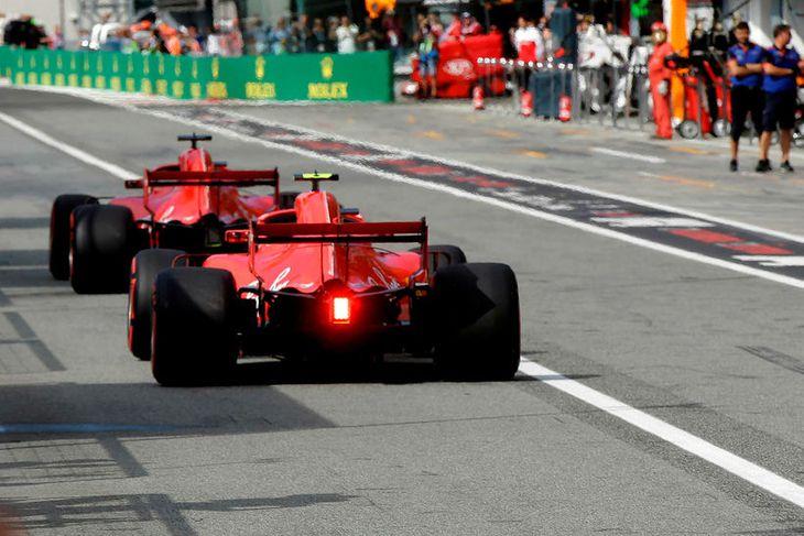 Sebastian Vettel (framar) og Kimi Räikkönen leggja af stað í lokatilraun sína í tímatökunni í ...
