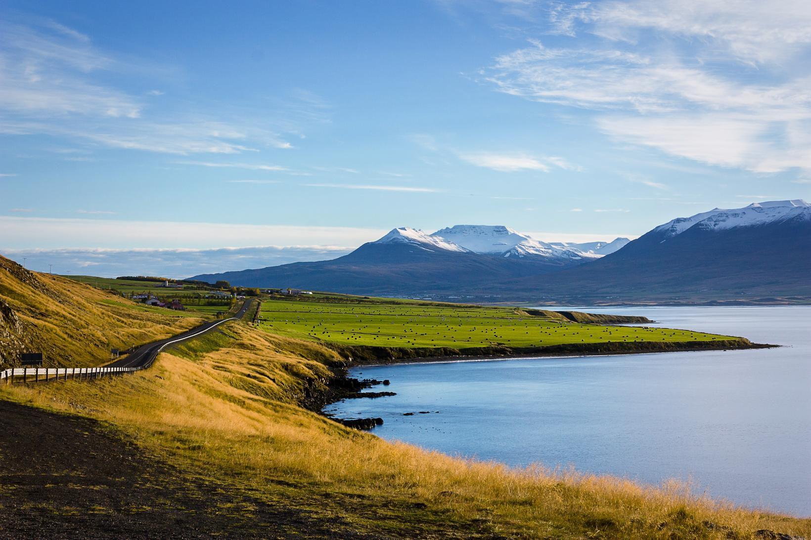 Íslensk kona leitar ráða vegna jarðar sem þau hjónin eiga.