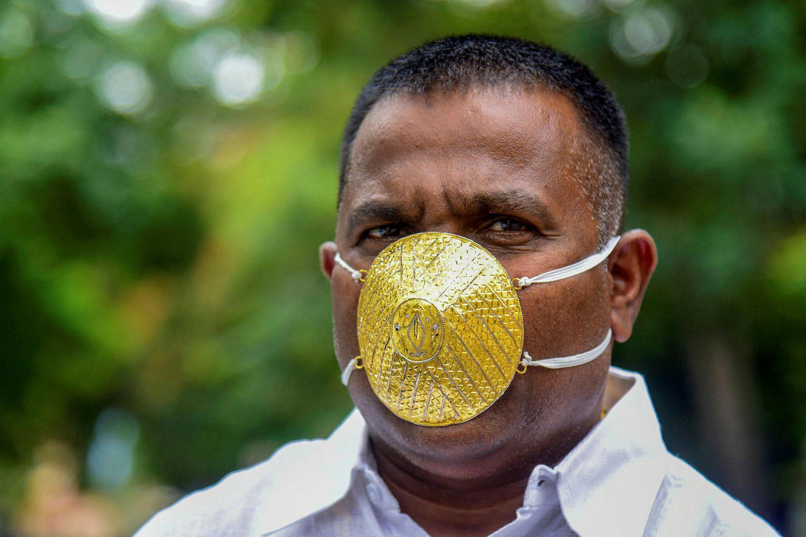 Shankar Kurhade með gullgrímuna, sem er sem betur fer með …