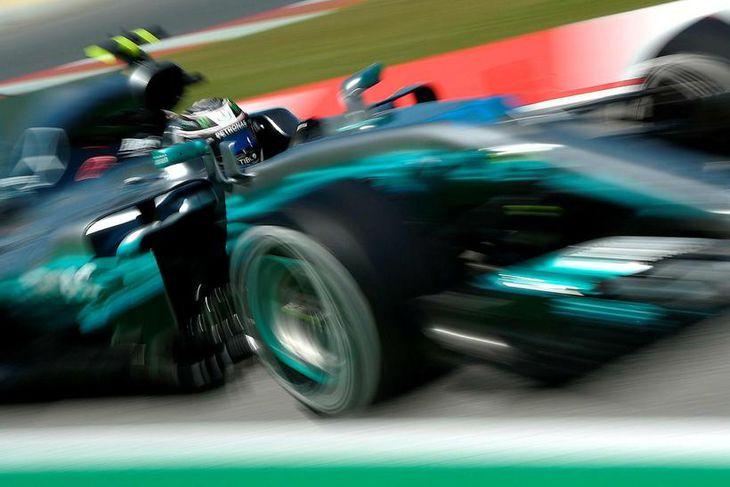 Valtteri Bottas hjá Mercedes á ferð á seinni æfingunni í Barcelona.