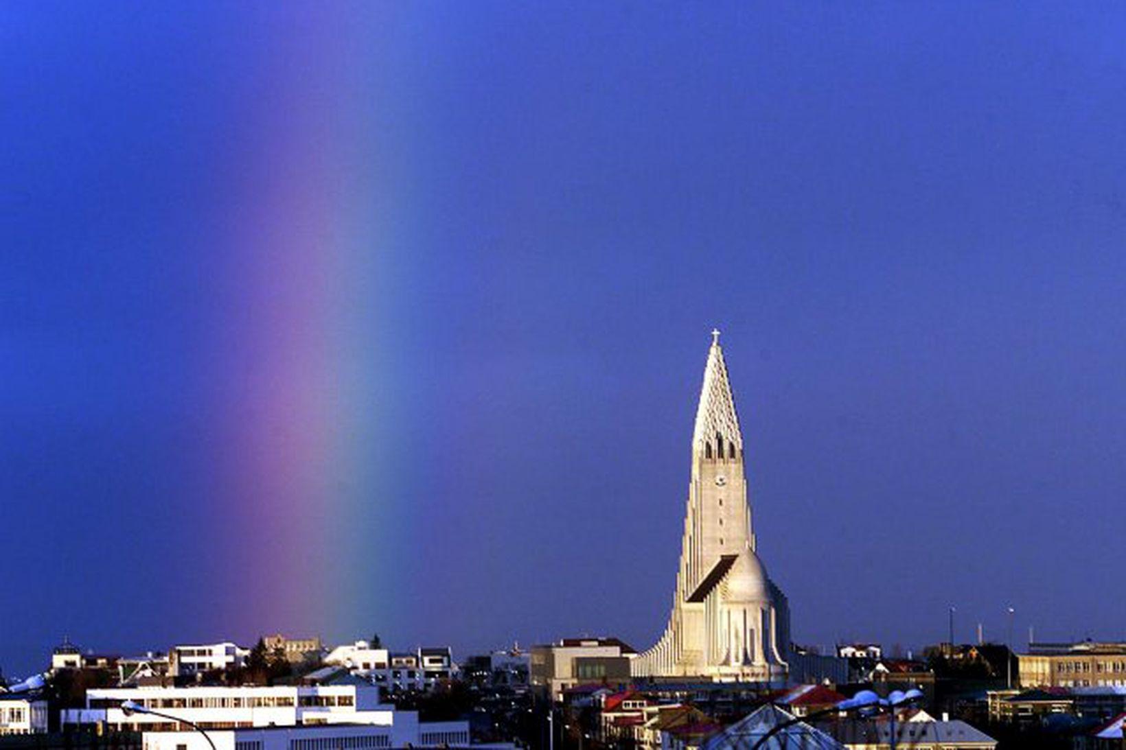 Regnbogi yfir Hallgrímskirkju í Reykjavík. Mynd úr safni.