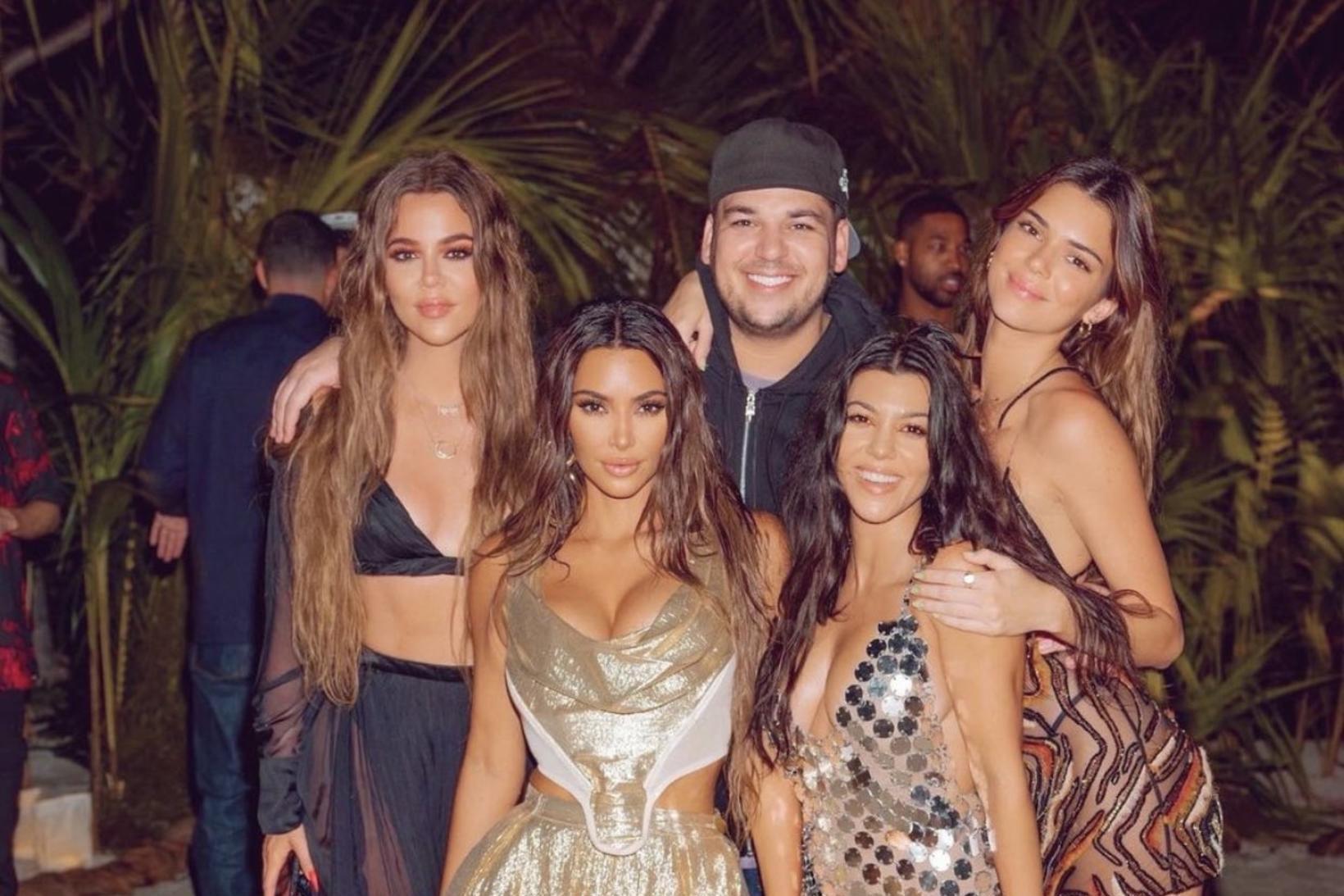 Kim Kardashian West í fertugsafmælinu sínu ásamt systkinum sínum Khloé, …