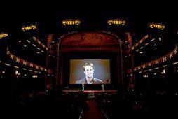Edward Snowden sést hér ávarpa frumsýningargesti á mynd Olivers Stone, Snowden, í Amsterdam í gærkvöldi.