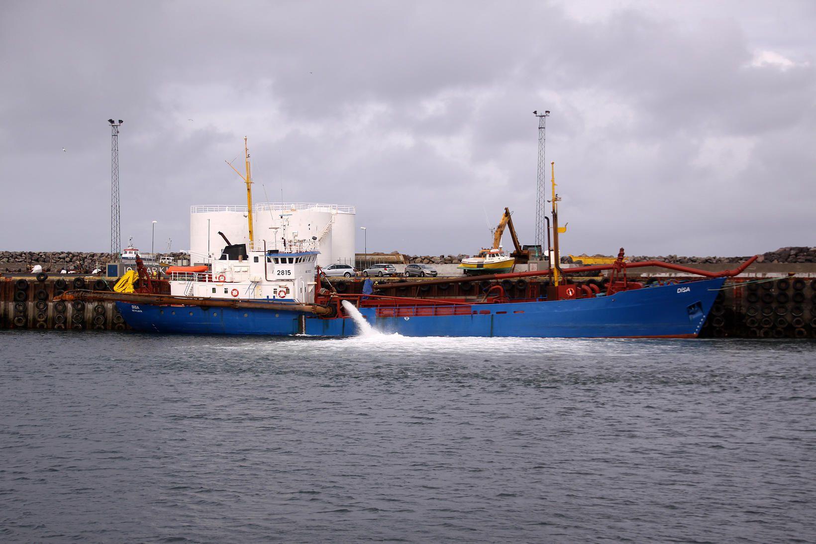 Sanddæluskipið Dísa að störfum í Ólafsvík.