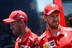 Sebastian Vettel stillir sér upp í dag fyrir ljósmyndara sem fékk aðra mynd af honum …