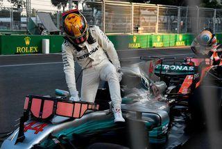 Lewis Hamilton stendur upp úr bíl sínum í Bakú að kappakstri loknum.