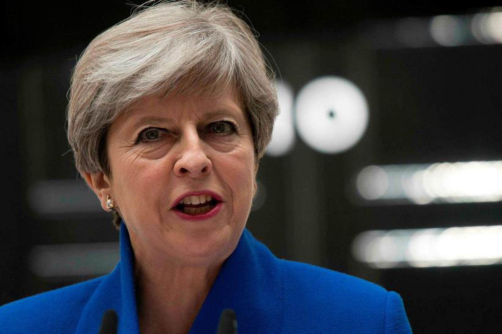 Theresa May, forsætisráðherra Bretlands, flytur ávarp sitt fyrir framan Downingstræti …