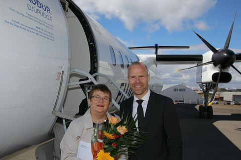 Ólafía Þ. Stef­áns­dótt­ir receiving her award next to the newly named aircraft.