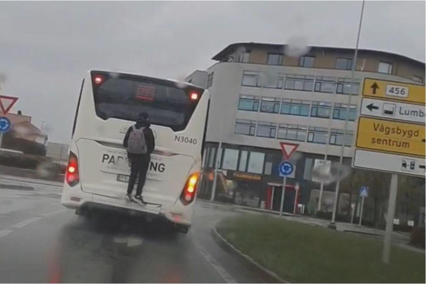 Vegfarandinn sem tók þetta myndskeið í Kristiansand á þriðjudaginn ók …