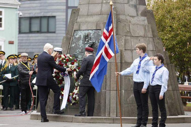 President Grímsson lays a wreath at the monument of Jón Sigurðsson.
