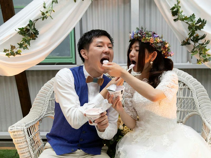 Nori and Asaki fed each other skyr at their Japan wedding.
