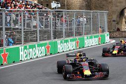 Verstappen og Ricciardo í návígi í kappakstrinum í Bakú í dag.