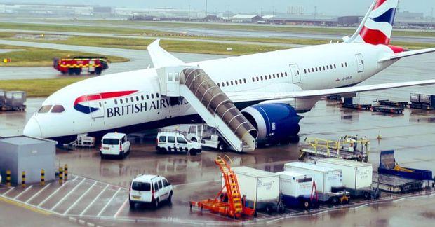 Fragtvél Brtish Airways af gerðinni Boeing 767 Dreamliner hafnaði á nefinu á hlugbraut á Heathrow-flugvelli …