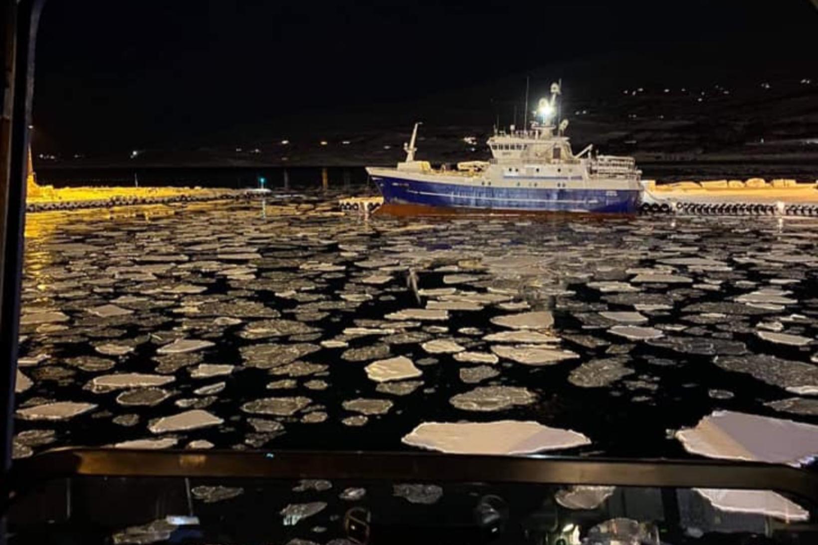Það var vetrarlegt í höfninni á Akureyri í dag.