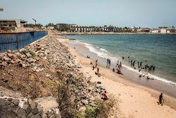 Börn að leik við ströndina í Dakar.