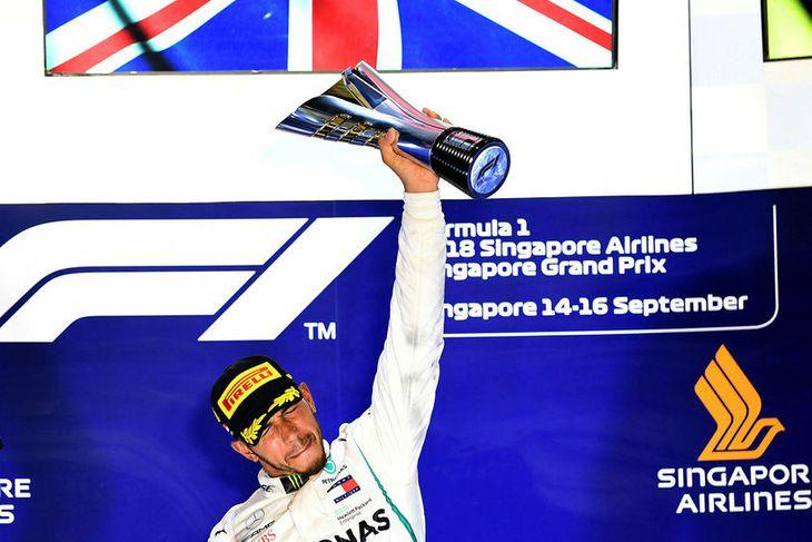 Lewis Hamilton hampar sigurlaununum í Singapúr.