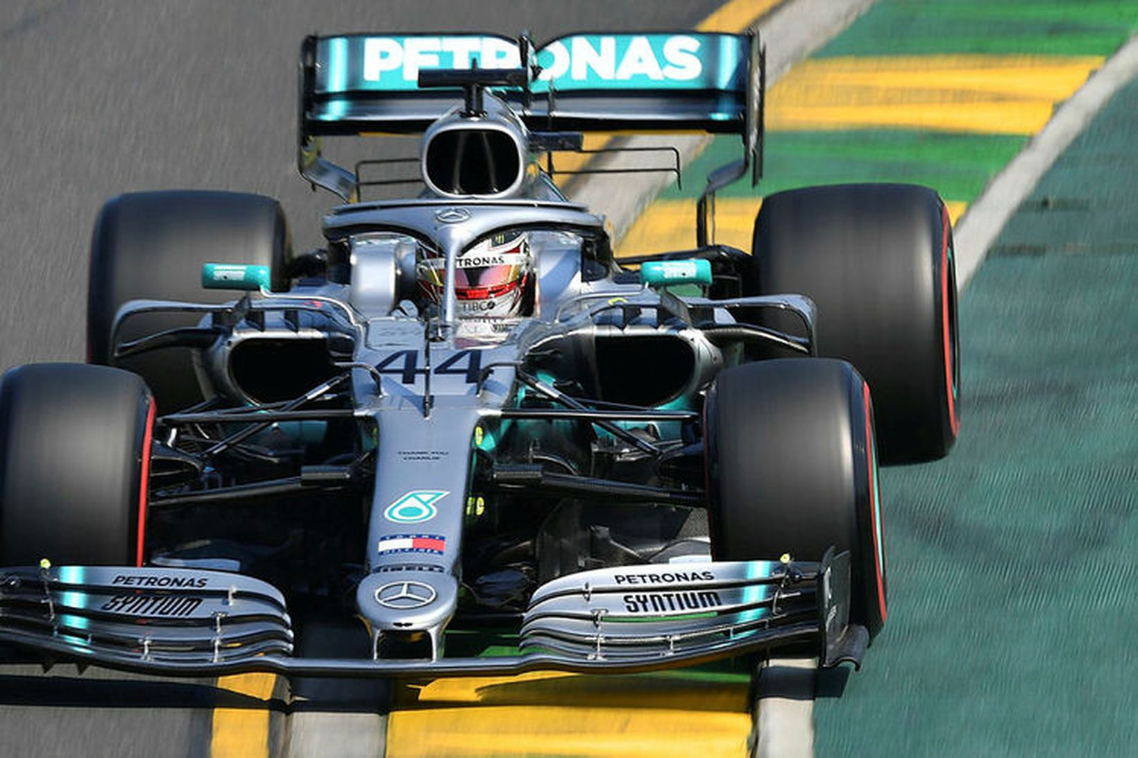 Lewis Hamilton á ferð í Melbourne í nótt.