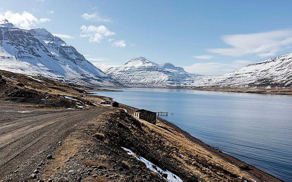 El Grillo var sökkt innarlega í Seyðisfirði. Olíumengun hefur borist ...