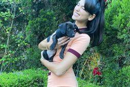 Dua Lipa er glæsileg með hundinum sínum Dexter í fatnaði frá Chanel.