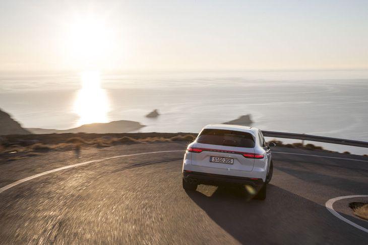 Sama þótt þjösnast væri á bílnum og beygjur teknar á mikilli ferð missti Porsche Cayenne ...