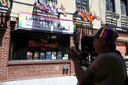 Í þessum mánuði eru fimmtíu ár liðin frá uppreisninni á Stonewall Inn hinsegin barnum í …
