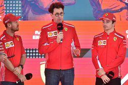 Liðsstjórinn Mattia Binotto með ökumönnum Ferrari, Sebastian Vettel (t.v.) og Charles Leclerc (t.h.)