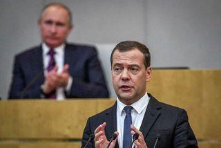 Dmitry Medvedev. Í bakgrunni er Vladimir Pútín.