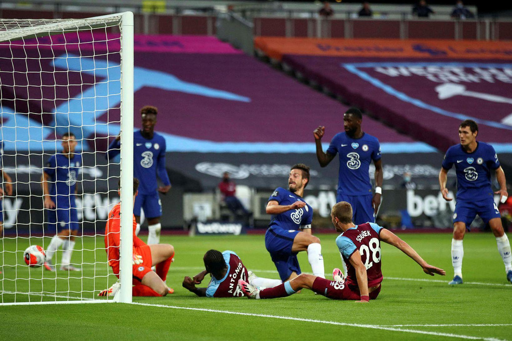 Tomás Soucek skorar fyrir West Ham gegn Chelsea í kvöld …