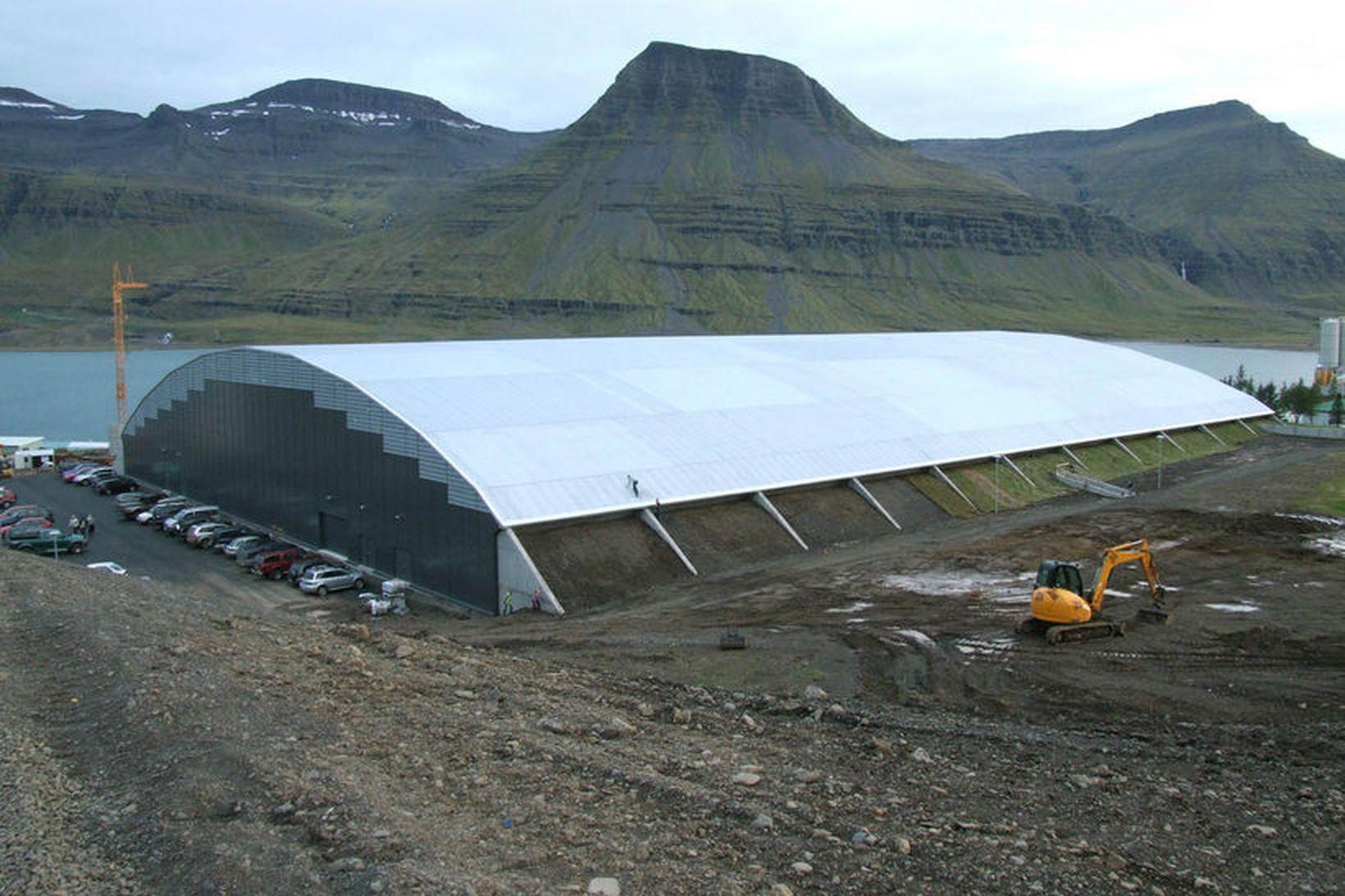 Fjarðabyggðarhöllin á Reyðarfirði. Snjórinn rann af þaki hússins.
