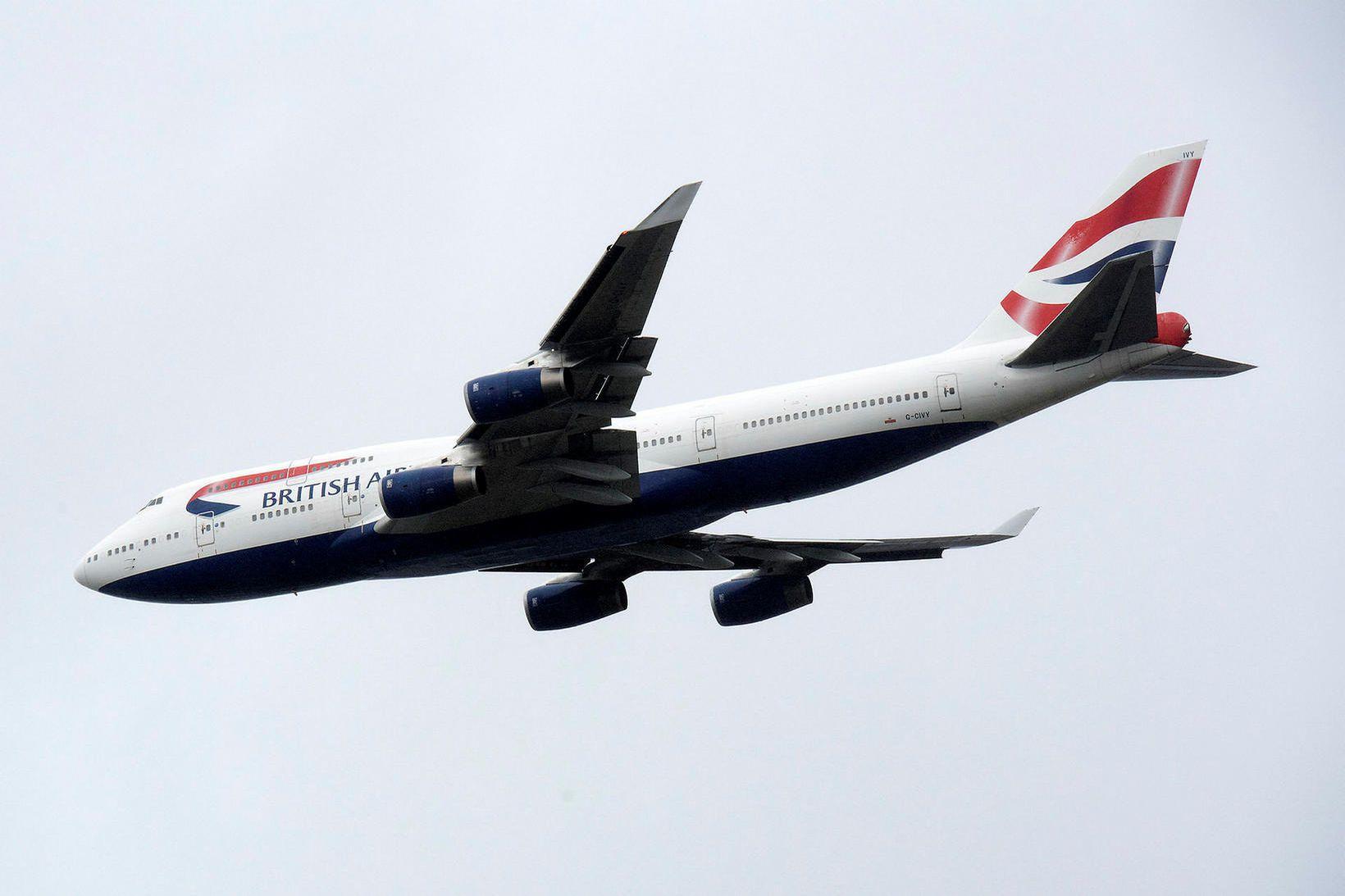 British Airways Boeing 747 flugvél á flugi yfir London í …
