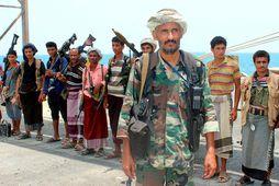 Uppreisnarmenn Húta í hafnarborginni Hodeidah rétt áður en þeir eru sagðir hafa afhent strandgæslu Jemen …
