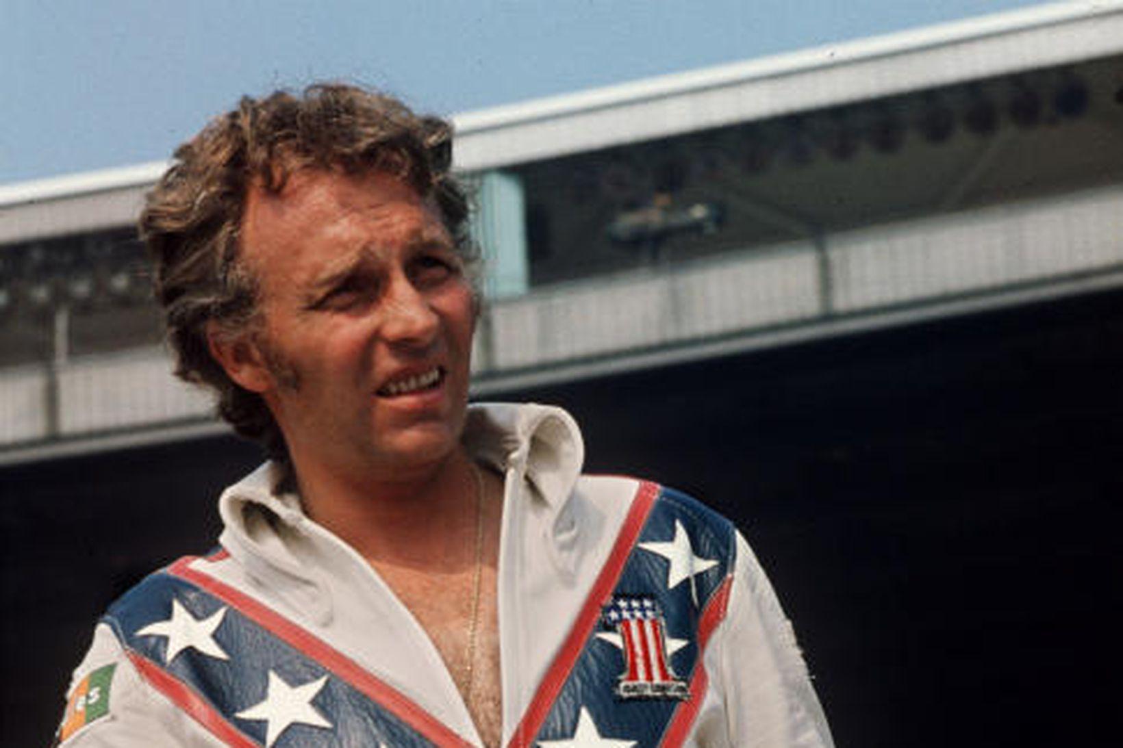 Evel Knievel sést hér í tilbúinn í slaginn árið 1974.