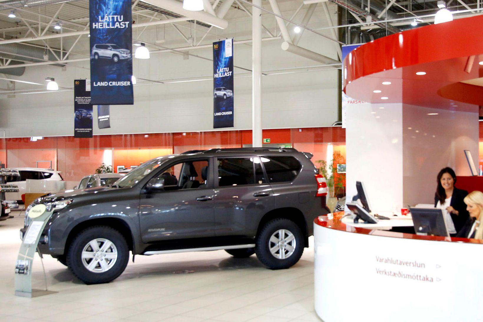 Mynd úr safni af sýningarsal Toyota. Samstarf TM og Toyota …