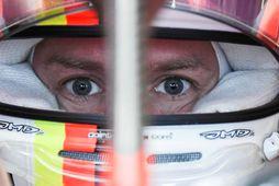 Sebastian Vettel einbeittur á svip í bíl sínum milli aksturslota á æfingum dagsins í Mexíkóborg.