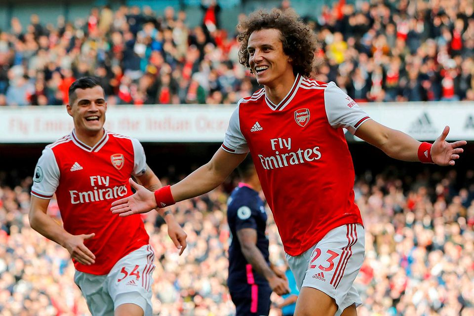 David Luiz fagnar marki sínu á Emirates í dag.