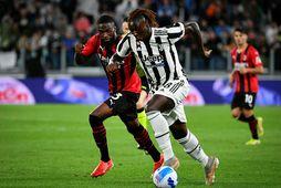 Fikayo Tomori hjá AC Milan og Moise Kean, leikmaður Juventus, eigst við í kvöld.