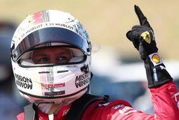 Sebastian Vettel fagnar rásapólnum í Suzuka.