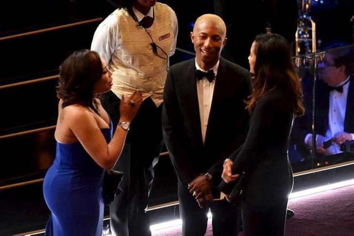 Pharrell Williams og Helen Lasichanh ræða saman fyrir athöfnina.