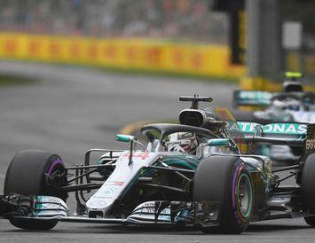 Lewis Hamilton á fereð í Albertsgarði í tímatökunni og á eftir fylgir félagi hans Valtteri ...