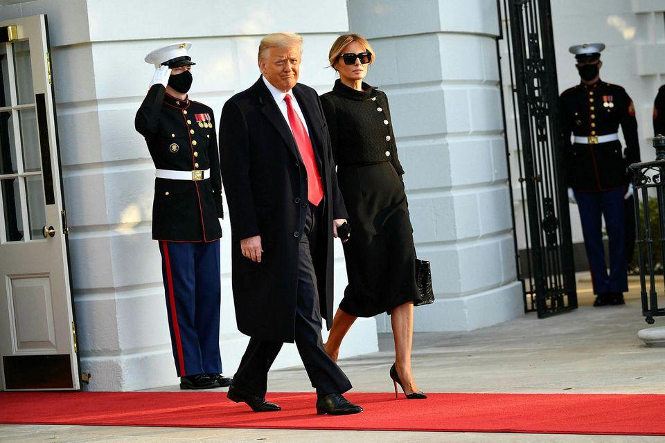 Donald Trump og eiginkona hans Melania yfirgáfu Hvíta húsið fyrr í dag.